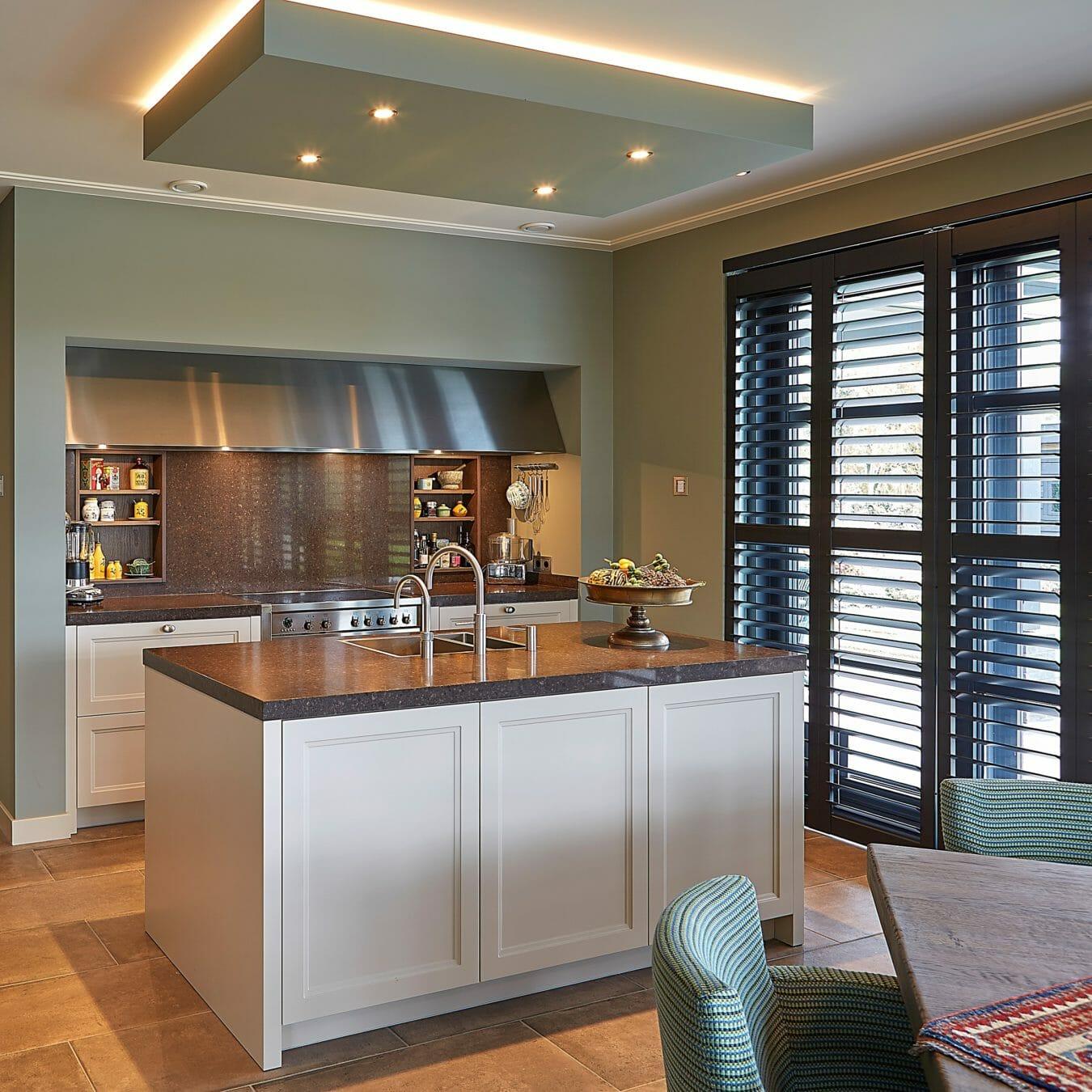 Donkere shutters in keuken