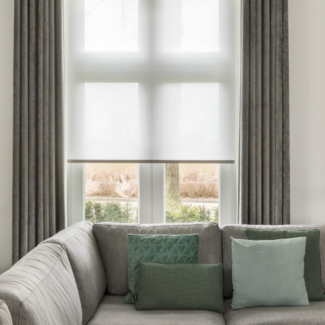 Transparant rolgordijn in woonkamer