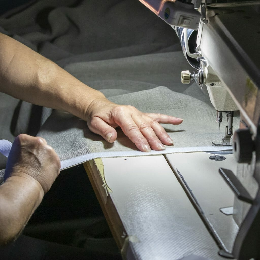 Vouwgordijn ambacht met naaimachine