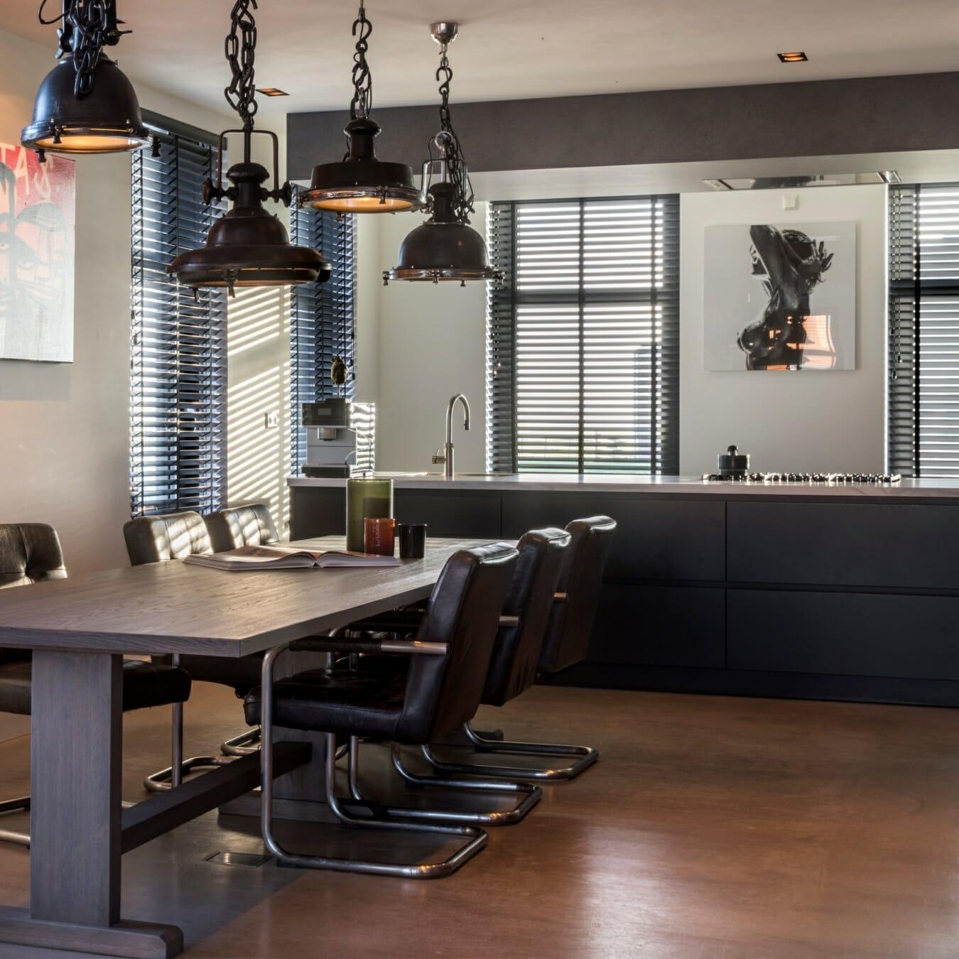 Zwarte houten jaloezieën in de keuken