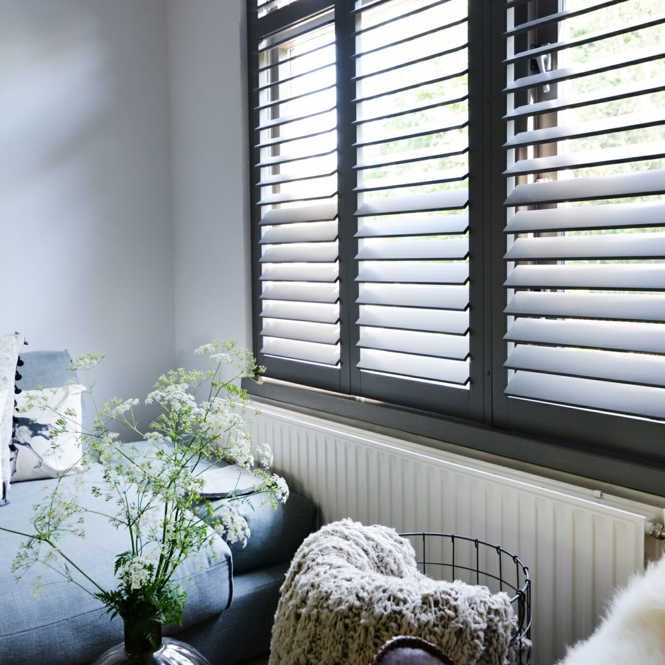 Piet Boon shutters by Zonnelux in woonkamer