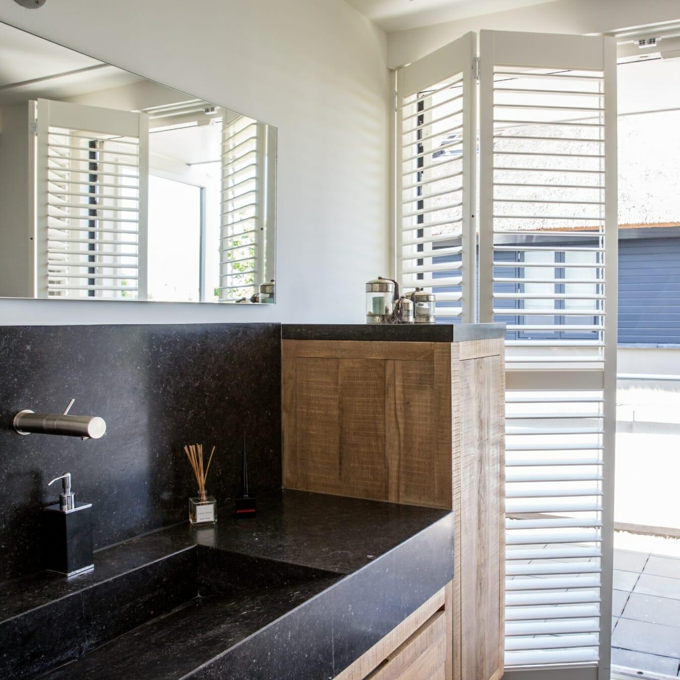 Witte Zonnelux shutters badkamer