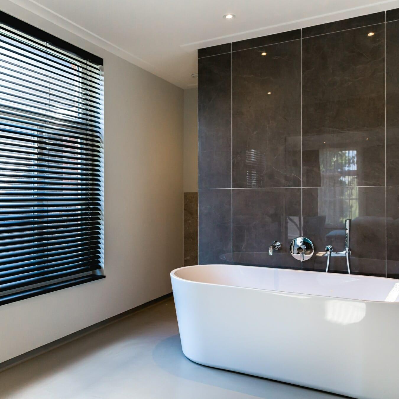 Aluminium jaloezie in badkamer