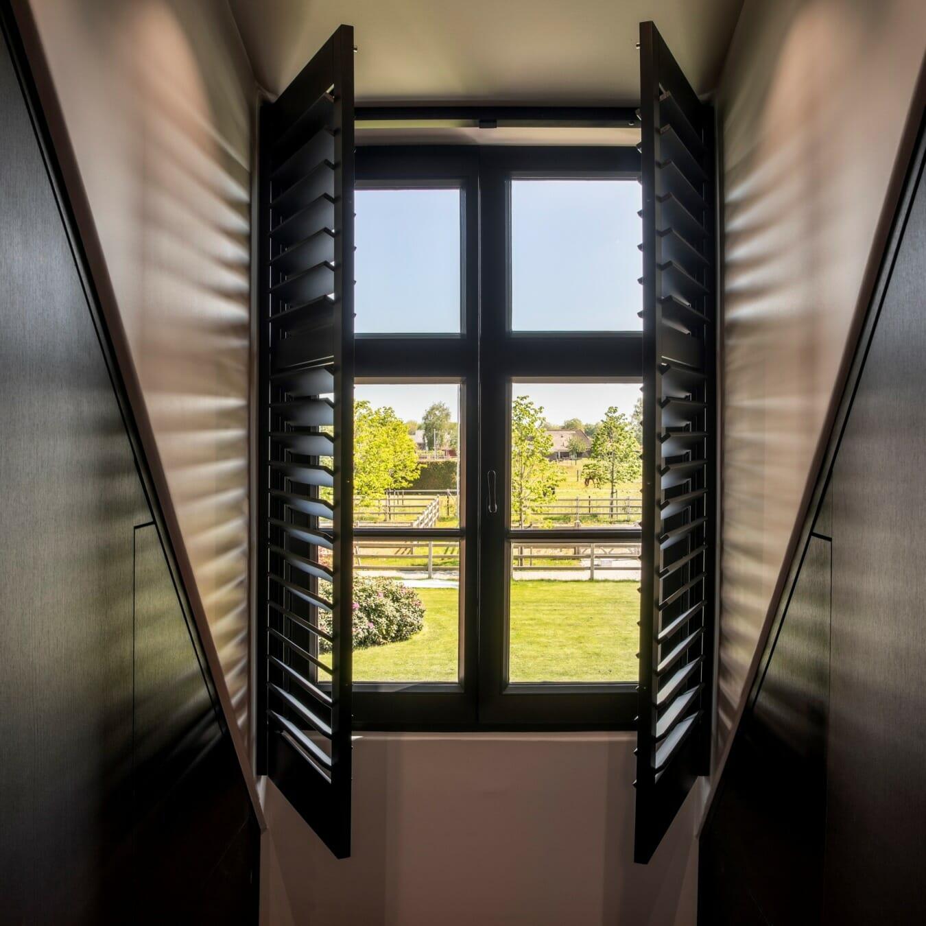 Draai-kiepraam Piet Boon shutters open