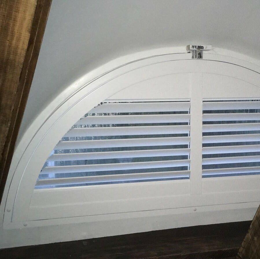 Zonnelux shutters half rond raam volledig open