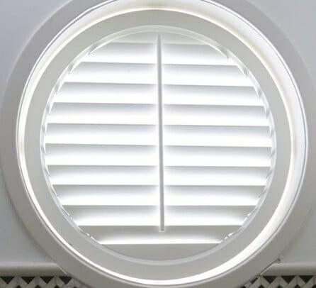 Zonnelux shutters rond raam half open